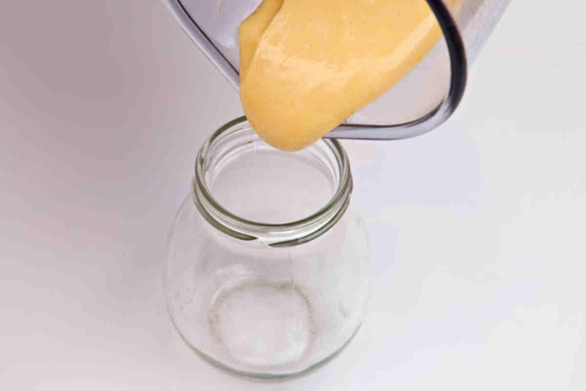 Готовый домашний майонез поместите в стеклянную емкость и поставьте в холодильник