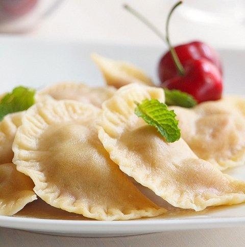 Полтавские вареники с вишней и соус – кулинарный рецепт