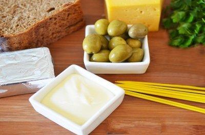 Kanape s syrom i olivkami 1
