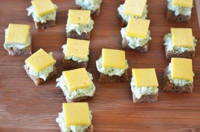 Kanape s syrom i olivkami 5