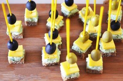 Kanape s syrom i olivkami 6