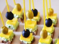Kanape s syrom i olivkami