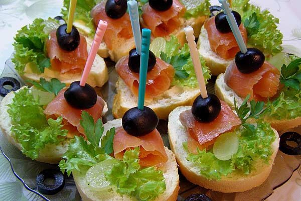 Бутерброды со слабосоленым лососем и оливками