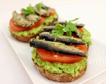 Бутерброды со шпротами и авокадо 1
