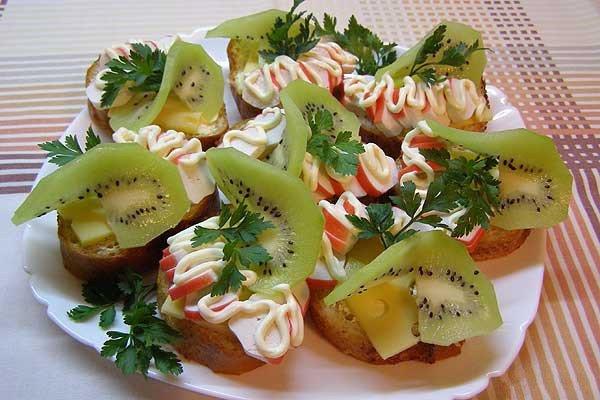 Бутерброды с крабовыми палочками и киви
