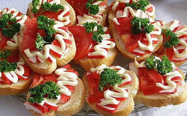 Бутерброды с крабовыми палочками и помидором