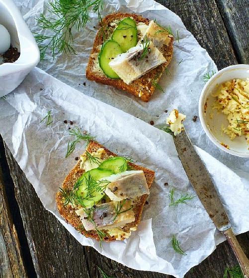 Бутерброды с сельдью и горчичным маслом