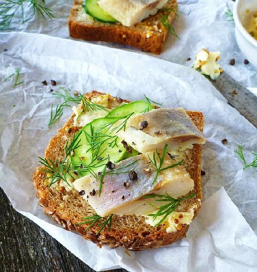 Бутерброды с сельдью и горчичным маслом2