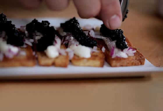 Бутерброды с черной икрой, сметаной и красным луком