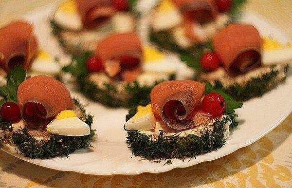 Круглые бутерброды с лососем
