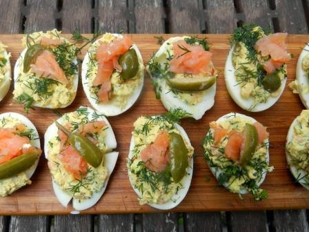 Яйца фаршированные копченым лососем