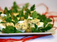 Яйца фаршированные лососем с оливками