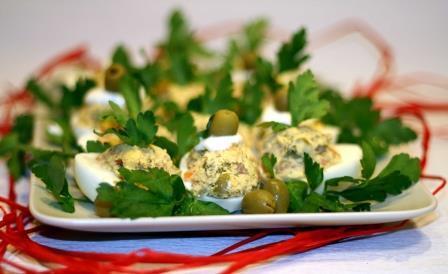 Яйца фаршированные лососем с оливками 1