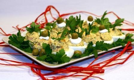 Яйца фаршированные лососем с оливками 2