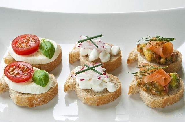 Вариантов бутербродов на стол — 1