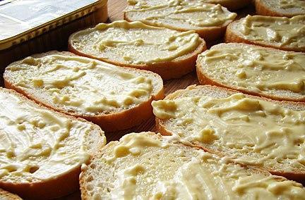 goryachie-buterbrodi-so-shprotami-i-sirom-2