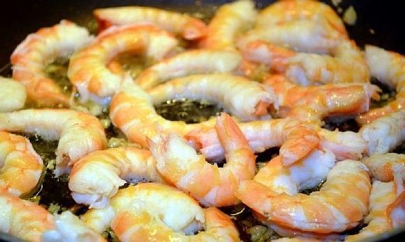 Krevetki zharenye s chesnokom (5)