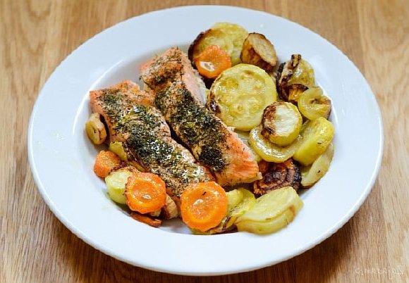 Лосось с жареными овощами