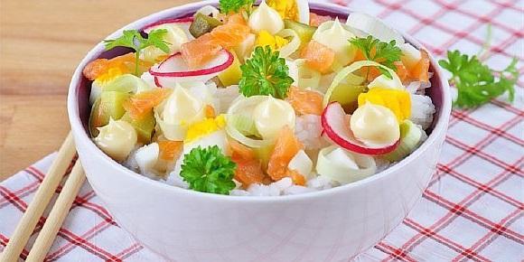 Салат с лососем и рисом
