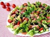 Зеленый салат с копченым лососем