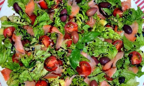 Zelenyi salat s kopchenym lososem (4)