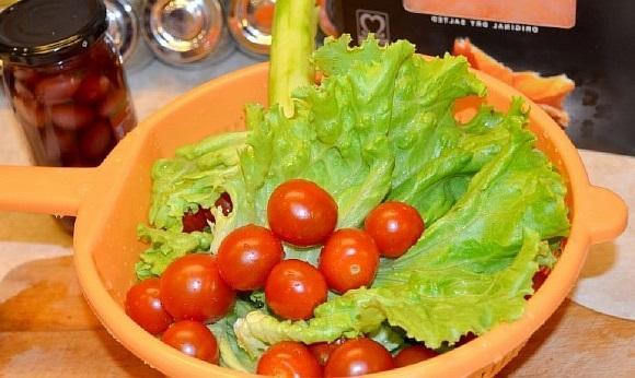 Zelenyi salat s kopchenym lososem