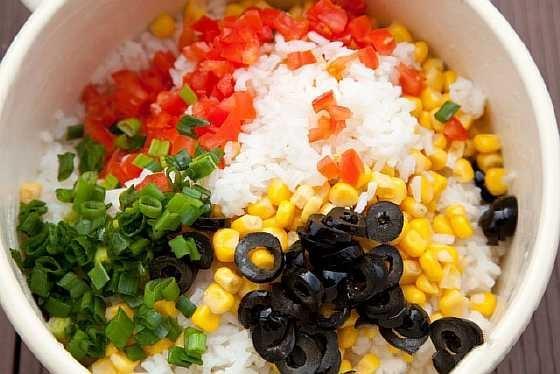 Салат с рисом и кукурузой и помидорами