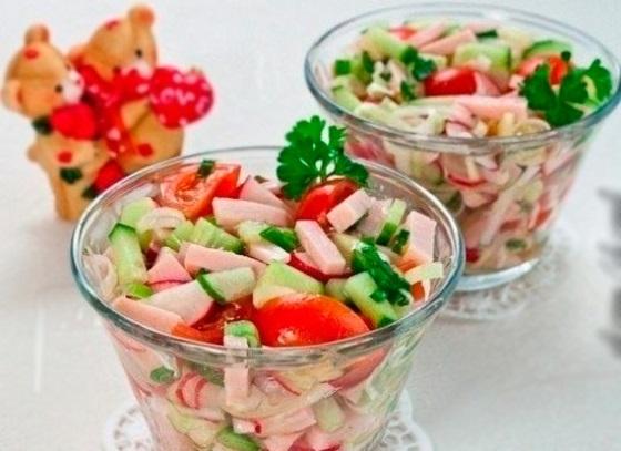 Салат с ветчиной огурцом и помидором