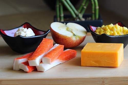 ингредиенты для салата с крабовыми палочками, сыром и яблоком