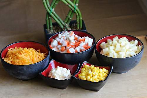 Салат с крабовыми палочками, сыром и яблоком