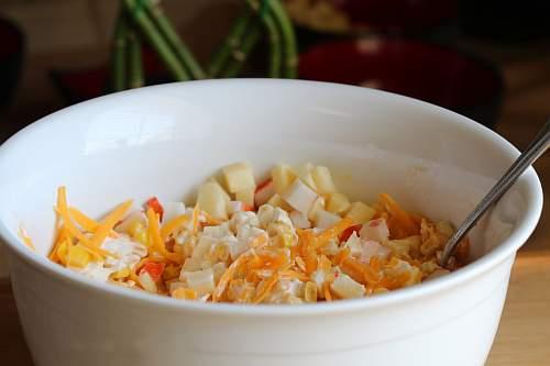 крабовый салат с яблоком и сыром