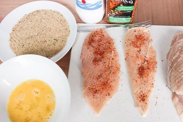 Солим и перчим куриное филе для отбивных