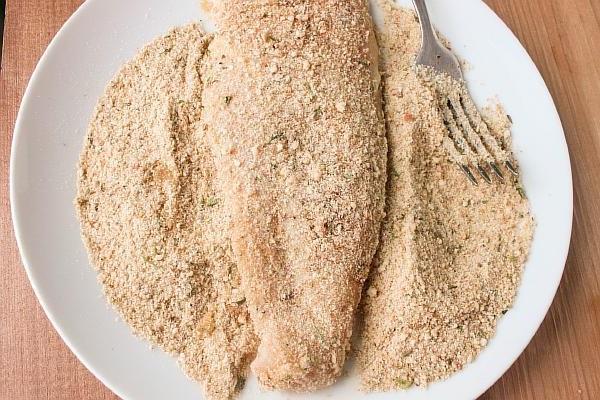 Панируем куриные отбивные в сухарях