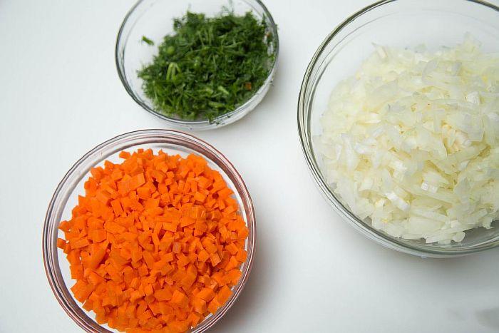 Нарезанная морковь, лук  и зелень для гречневого супа