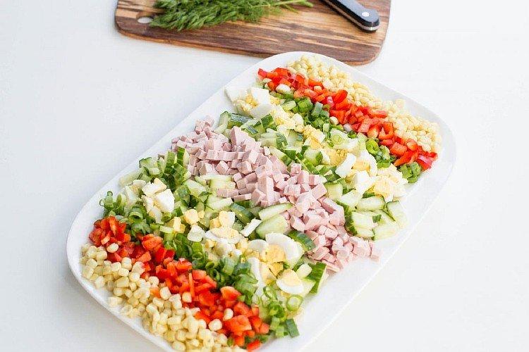 Салат с кукурузой, болгарским перцем и колбасой