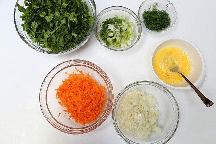 Нарезанные овощи для зеленого борща