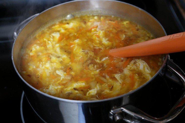 Добавляем обжаренный лук с морковкой в зеленый борщ
