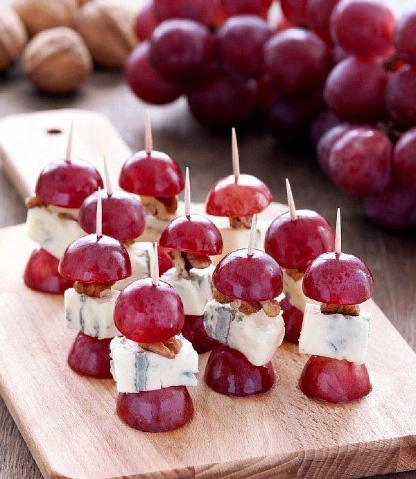 Канапе с горгонзолой и виноградом