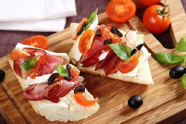 Бутерброд с ветчиной, сыром бри и помидором черри