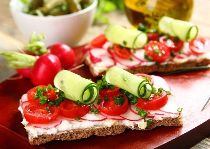 Бутерброды с овощами и сливочным сыром