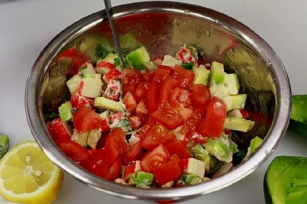 Салат из авокадо и мяса крабов