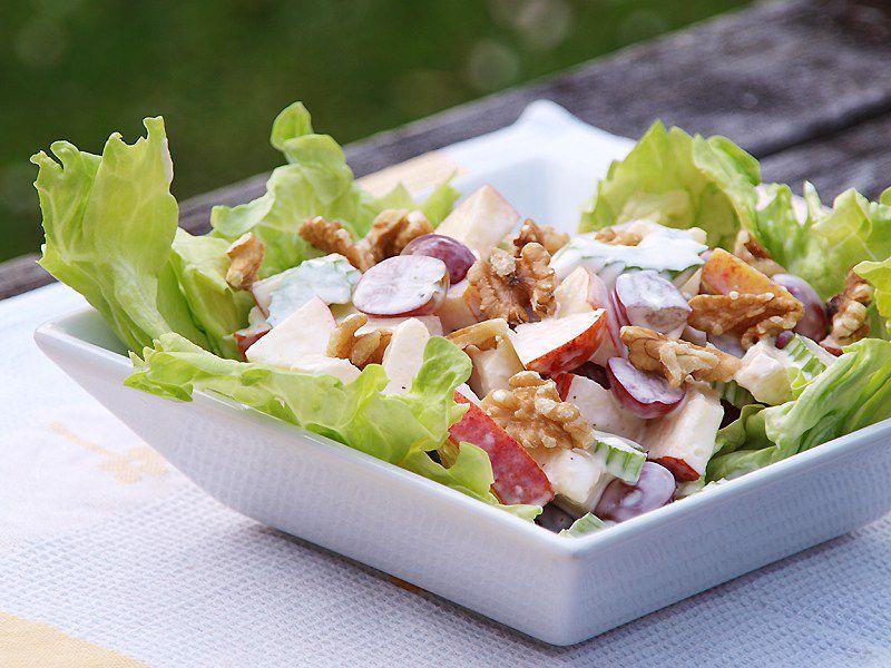 Яблочный салат с копченой курицей