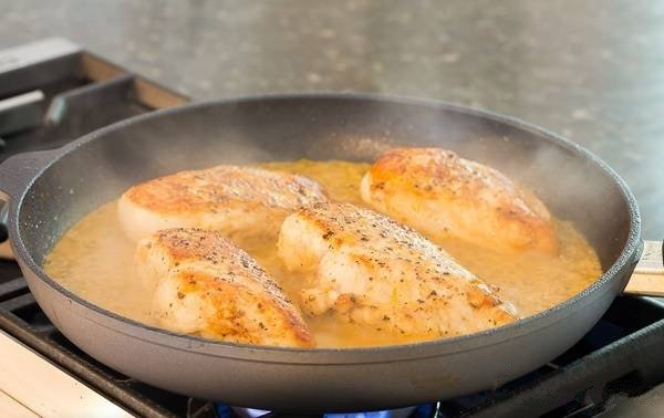 Курица в сливочном соусе на сковороде