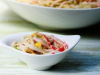 Салат с крабовыми палочками и манго