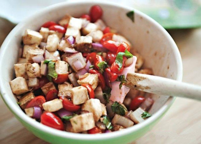 Салат с курицей и помидорами и сыром