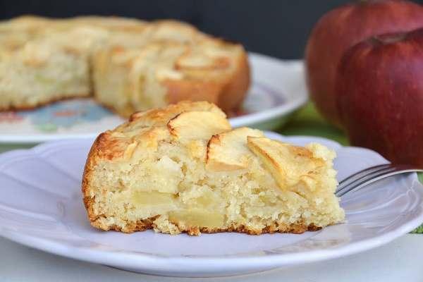 Шарлотка с яблоками из творога