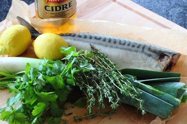 Скумбрия запеченная в духовке с луком, лимоном и зеленью