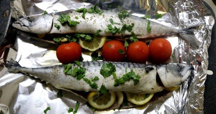 Скумбрия запеченная в духовке с помидорами, луком и лимоном