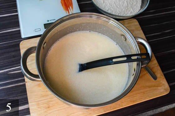 Добавить дрожжи с молоком к кефиру и перемешать.