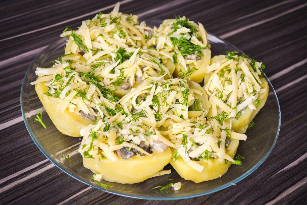 Картофельные лодочки с грибами и сыром